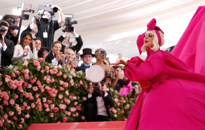 H Lady Gaga καταφθάνει στο MET Gala του 2019.
