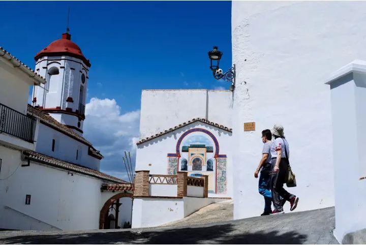 Una pareja camina por las calles de Genalguacil.