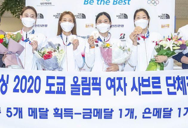 2020 도쿄올림픽 펜싱 여자 사브르 국가대표 윤지수(왼쪽부터), 최수연, 김지연, 서지연이 1일 오후 인천국제공항을 통해 귀국해 포토타임을 갖고