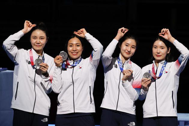 펜싱 여자 에페 대표팀 최인정, 강영미, 이혜인, 송세라가 27일 일본 지바 마쿠하리 메세B홀에서 열린 도쿄올림픽 펜싱 여자 에페 단체전 시상식에서 은메달을 보여주고