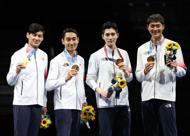 펜싱 구본길, 김정환, 김준호, 오상욱이 28일 일본 지바 마쿠하리 메세 B홀에서 열린 '2020 도쿄올림픽' 펜싱 남자 사브르 시상식에서 금메달을 목에 걸고
