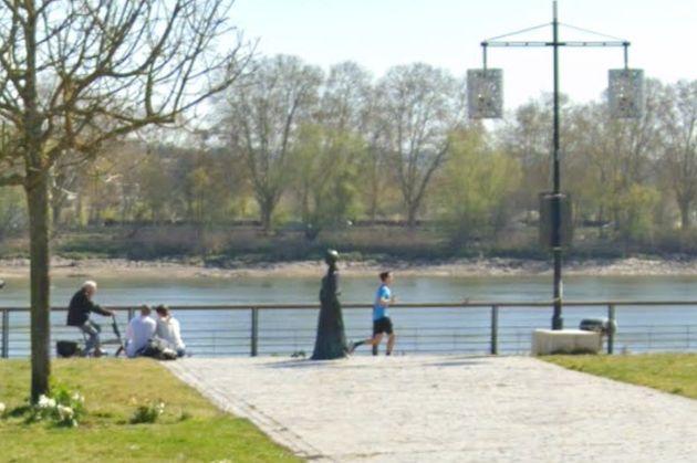 La statue de Modeste Testas à Bordeaux a été découverte couverte d'une substance blanche, le 13 septembre...