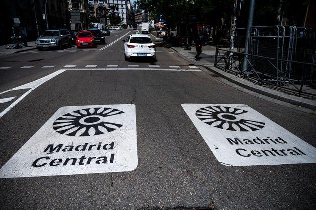 Señales viales que indican el acceso a la zona de bajas emisiones Madrid Central, en una imagen de