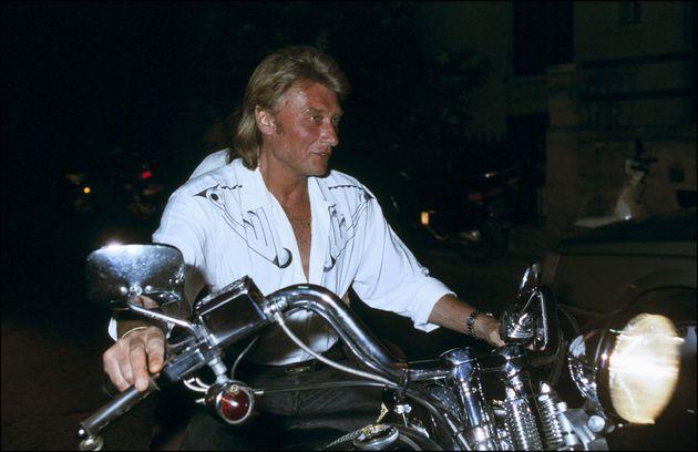Johnny Hallyday sur sa Harley Davidson à Saint-Tropez, en juillet