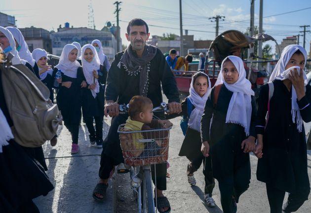 Civiles afganos caminando por las calles de