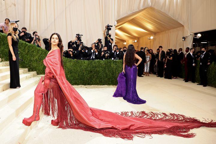 Rosalía, con un larguísimo mantón rojo