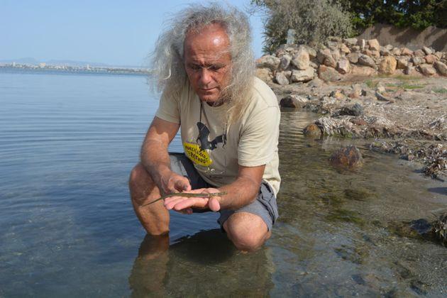 Pedro García, tomando muestras en el Mar