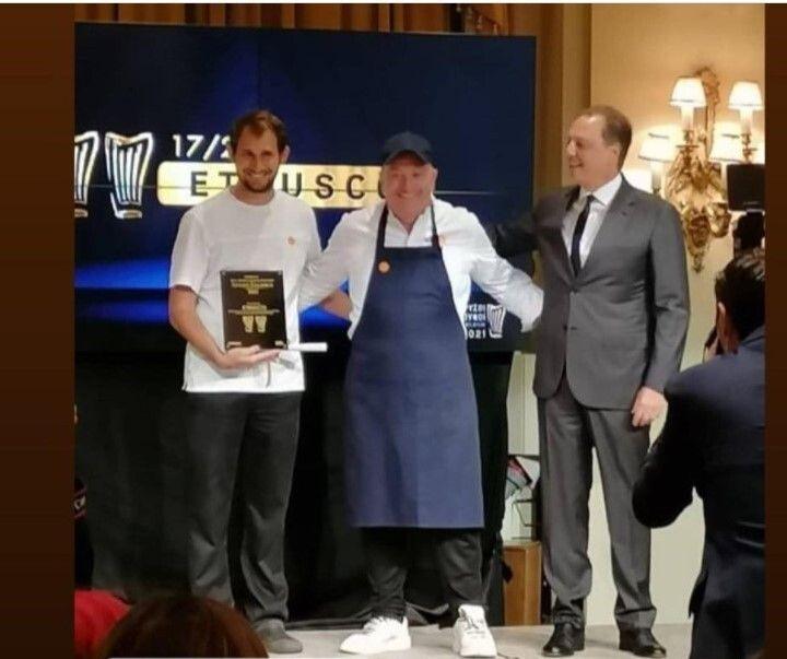 Ο Σπήλιος Λιβανός, Υπουργός Αγροτικής Ανάπτυξης και Τροφίμων, απονέμει το βραβείο για το καλύτερο εστιατόριο της χώρας στο «Etrusco», τον Έκτορα Μποτρίνι και τον Νίκο Μπίλη