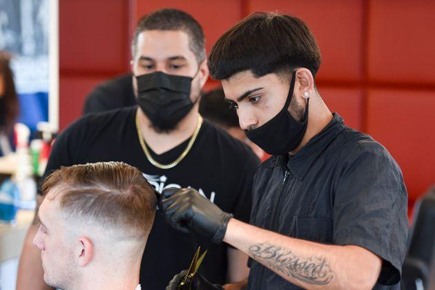 Imagen durante un corte de pelo en una