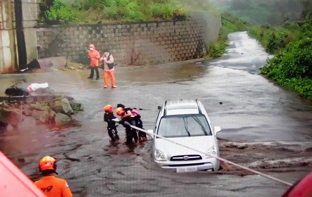 제14호 태풍 '찬투'(CHANTHU)'가 제주를 향해 북상 중인 14일 오전 제주시 용강동의 한 도로에 물이 불어나 차량에 고립됐던 한 시민이 신고를 받고 출동한 119구조대에 의해...