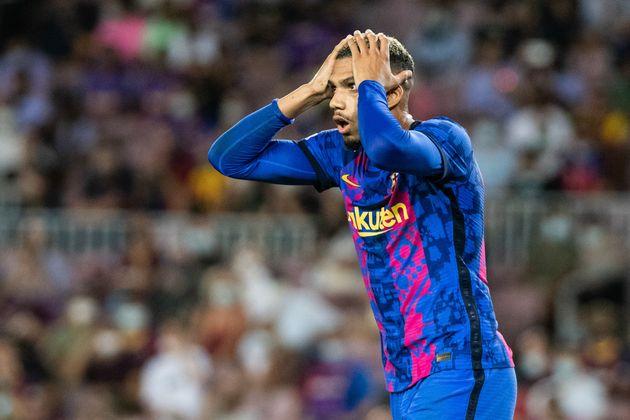Ronaldo Araujo se lamenta durante el partido frente al