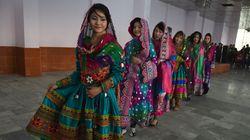 アフガン出身の女性、SNSにカラフルな民族衣装の写真を投稿。タリバンの女性抑圧に抗議