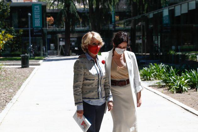 La expresidenta de la Comunidad de Madrid, Esperanza Aguirre, y la actual presidenta, Isabel Díaz