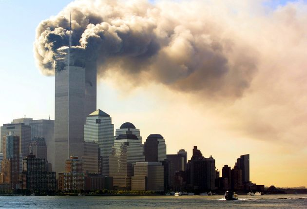 煙を上げ炎上するニューヨークの世界貿易センタービル=2001年09月11日