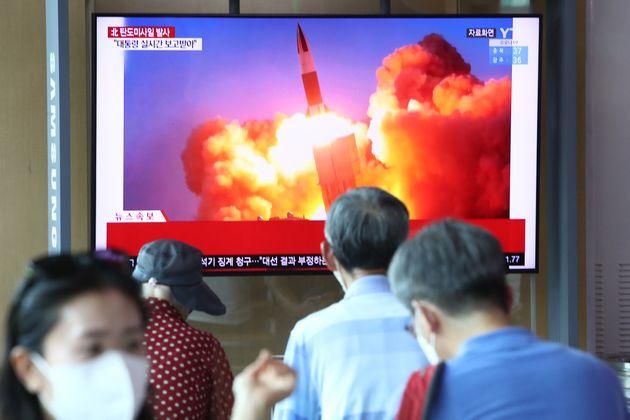 Ciudadanos surcoreanos viendo un ensayo balístico norcoreano en un