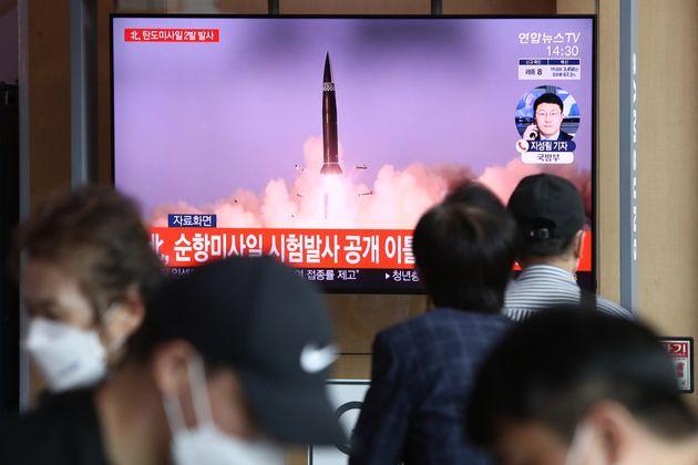 A Séoul, en Corée du Sud, plusieurs personnes regardent un missile lancé depuis...