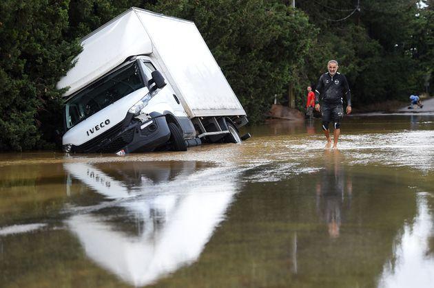 Un homme marche dans la commune de Codognan, dans le Gard, touché par les inondations et les orages...