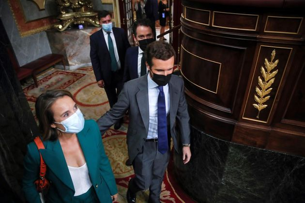 El presidente del PP, Pablo Casado (d), y la portavoz de su grupo parlamentario, Cuca Gamarra (i), a...