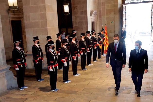 El presidente de la Generalitat, Pere Aragonès, recibe al presidente del Gobierno, Pedro Sánchez, a su...