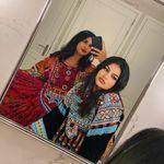 «Ετσι ντυνόμαστε»: Αφγανές γυναίκες στο εξωτερικό βγάζουν τη γλώσσα στους