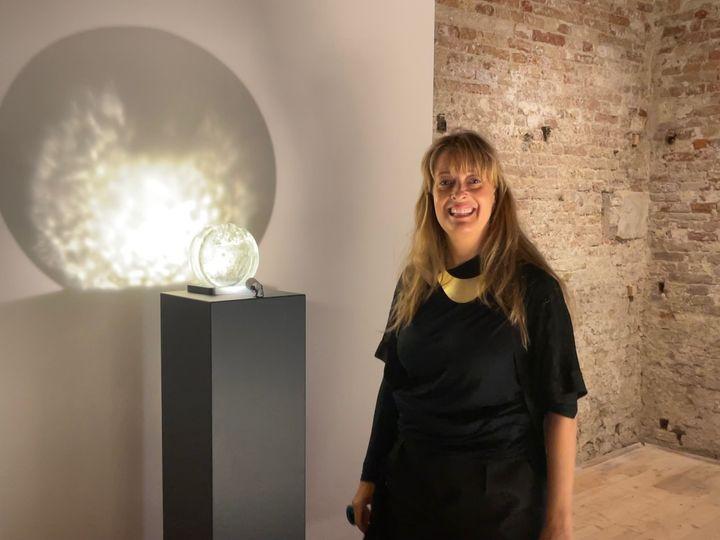 """Lucía Vallejo Garay con una de las obras, 'La abstracción del alma': """"Cada pieza es parecida y cada una es diferente como las almas de cada persona"""""""