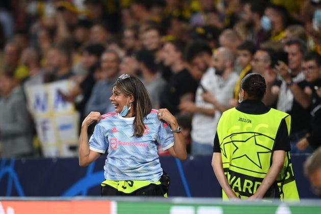 Ο Ρονάλντο χτύπησε κατά λάθος γυναίκα σεκιούριτι με τη μπάλα και της χάρισε τη φανέλα