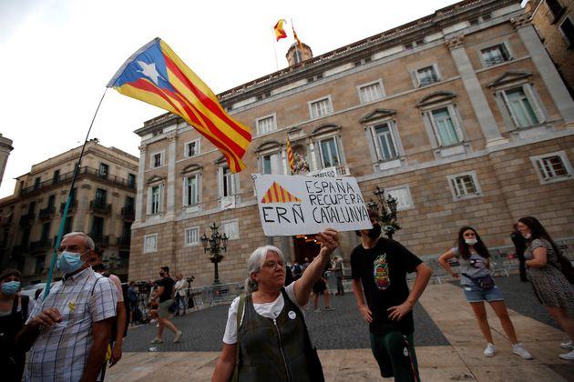 Protesta frente al Palau de la Generalitat, en la plaza Sant Jaume, este miércoles, en