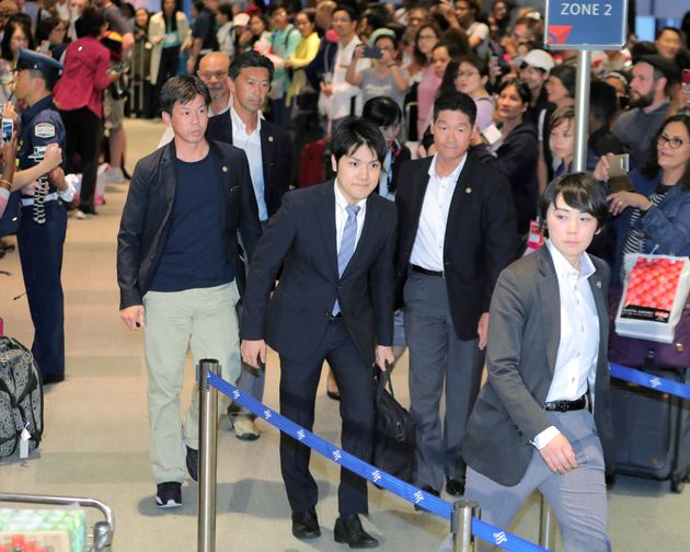アメリカ・ニューヨークに留学するため、出発する小室圭さん(中央)=2018年8月7日、千葉・成田空港