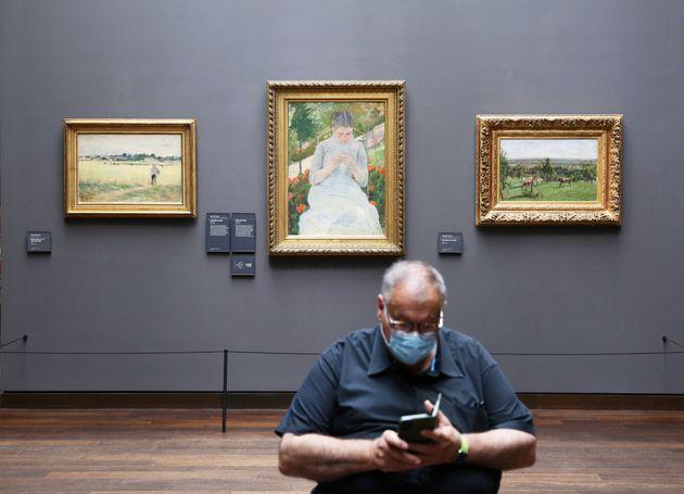 Un visiteur au Musée d'Orsay, le 23 juin 2020 (Photo
