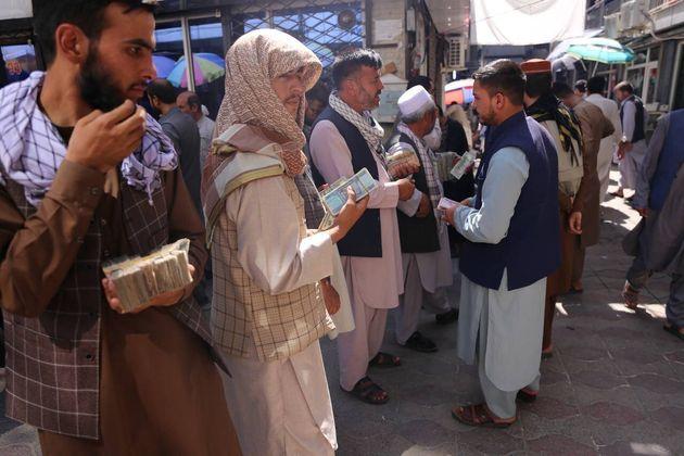 Αφγανοί έξω από ανταλλακτήρια...