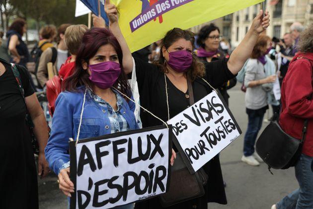 Photo prise lors d'une manifestation à Paris le 28 août, réclamant l'accueil et l'insertion...