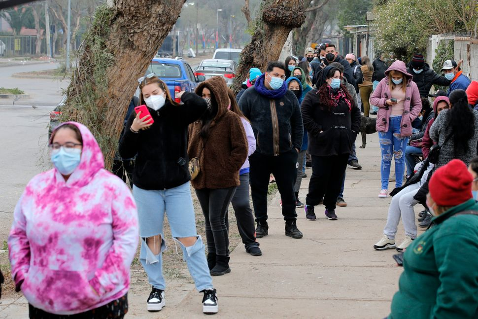 Queues for the Pfizer vaccine in Chile