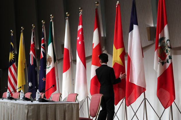 記者会見場に並べられた環太平洋連携協定(TPP)参加11カ国の国旗