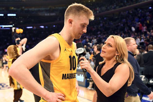 レポーターとして学生リーグ男子バスケットボールチームの選手にマイクを向けるバイントン氏(2019年3月15日)