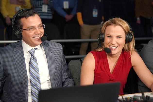 大学バスケットボールの試合前に同僚アナウンサーと話すバイントン氏(2020年1月7日)