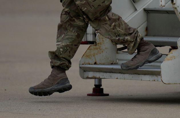 Soldado en el aeropuerto de