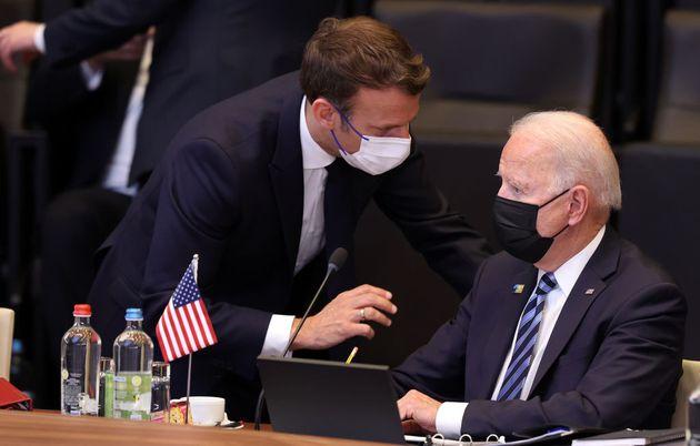 El presidente francés, Emmanuel Macron (izq) y el presidente de EEUU, Joe Biden, el pasado 14 de junio...