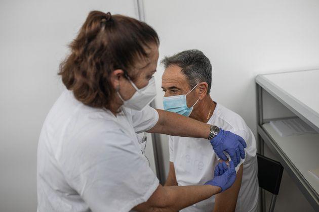Paciente recibe una dosis de la vacuna contra la