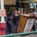 ワクチン接種証明書を求めたNYのレストラン店員に、3人の旅行客が殴りかかる