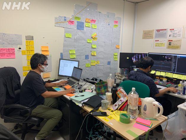 編集作業中。提供動画を検証するため、壁にポストイットを貼り付けて情報を整理する