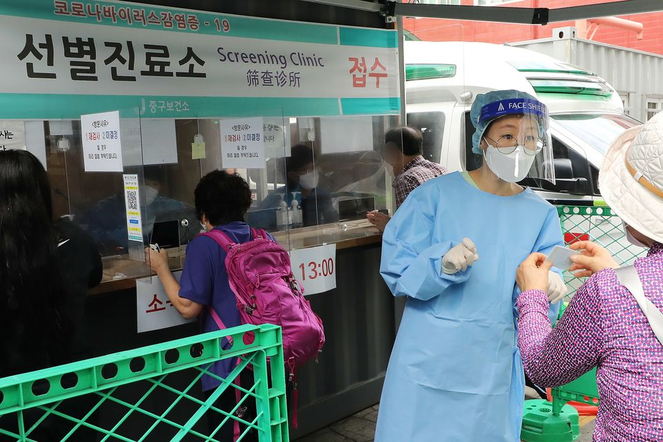 추석 연휴 둘째 날인 19일 오전 서울 중구 보건소 신종 코로나바이러스 감염증(코로나19) 선별진료소에서 의료진과 근무자들이 검사를 받기 위해 온 시민들을 안내하고