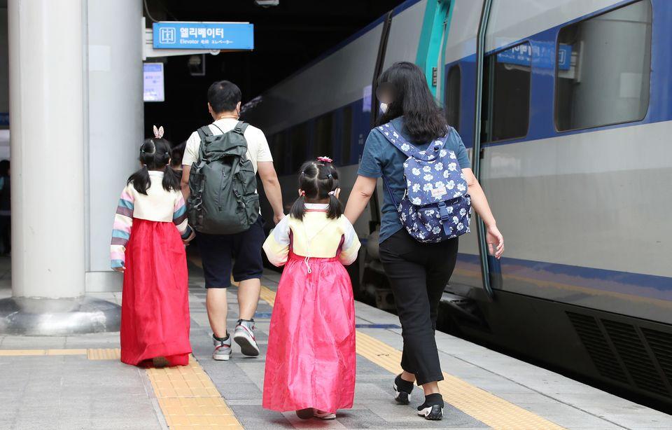추석 연휴 둘째 날인 19일 오전 서울 중구 봉래동 서울역에서 한복을 곱게 입은 아이들이 부모님과 함께 열차로 향하고