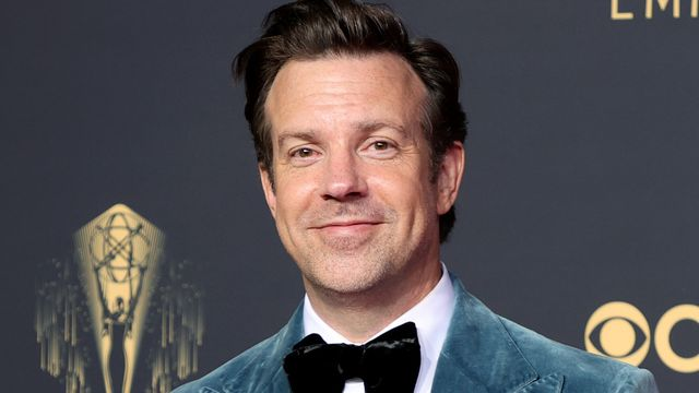 Jason Sudeikis Shows Off What May Be The Best Card Trick Of All Time.jpg