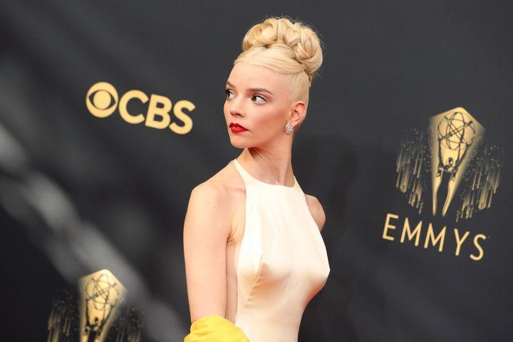 Anya Taylor-Joy en la alfombra roja de los Premios Emmy.