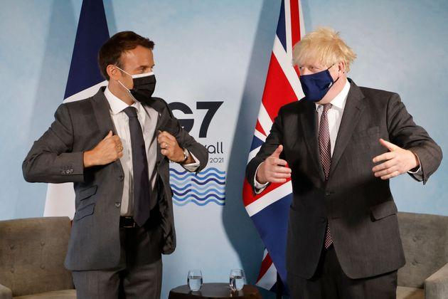 El primer ministro británico, Boris Johnson, y el presidente francés, Emmanuel Macron, participan en una reunión bilateral ...