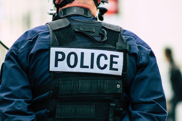 Sur une vidéo publiée sur les réseaux sociaux, un policier frappe un homme immobilisé...