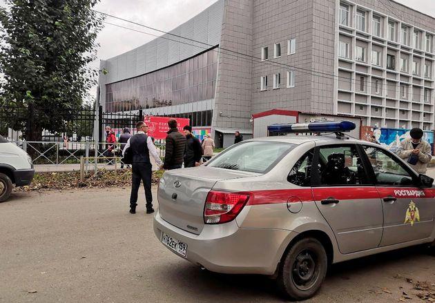 Des voitures de police arrivent après une fusillade à l'université de Perm en Russie , le 20 septembre