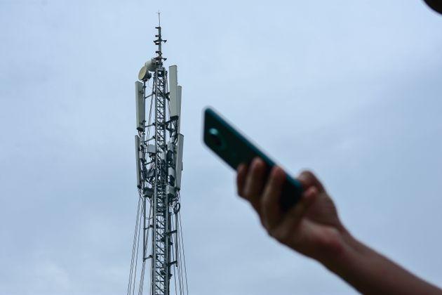 Illustration d'un téléphone devant une antenne 4G et