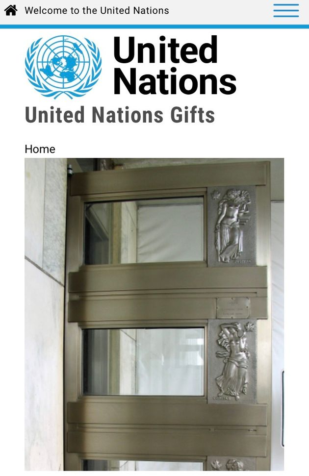 国連本部の入り口の扉。立体的な飾りが施されている