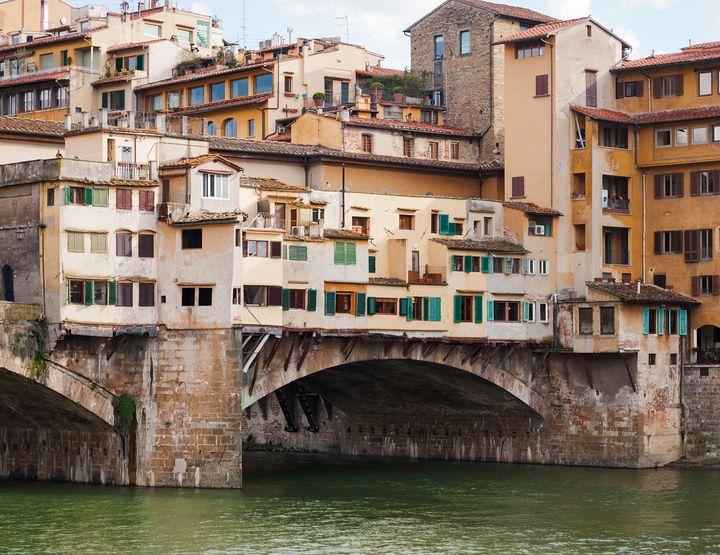 Διαμερίσματα πάνω από την αψίδα του διάσημου Ponte Vecchio στη Φλωρεντία